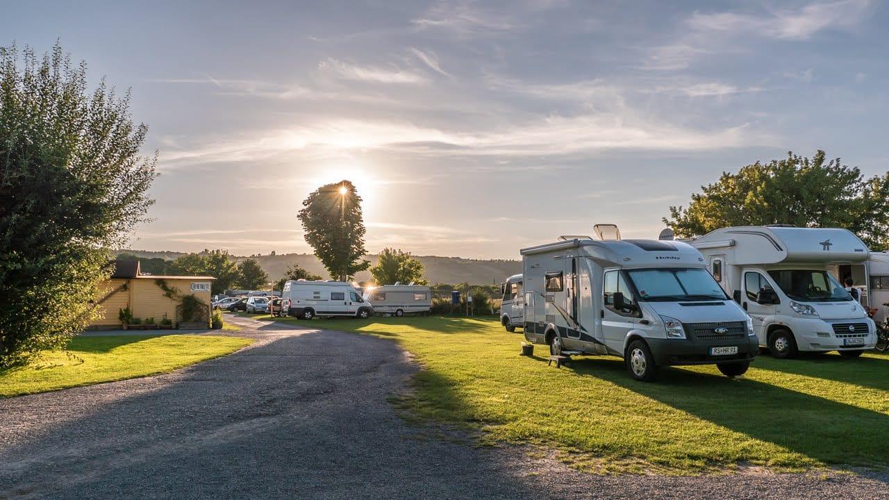 Wohnwagen und Wohnmobil aufs Frühjahr vorbereiten - Alle Schritte, um den Camper aus dem Winterschlaf zu holen.