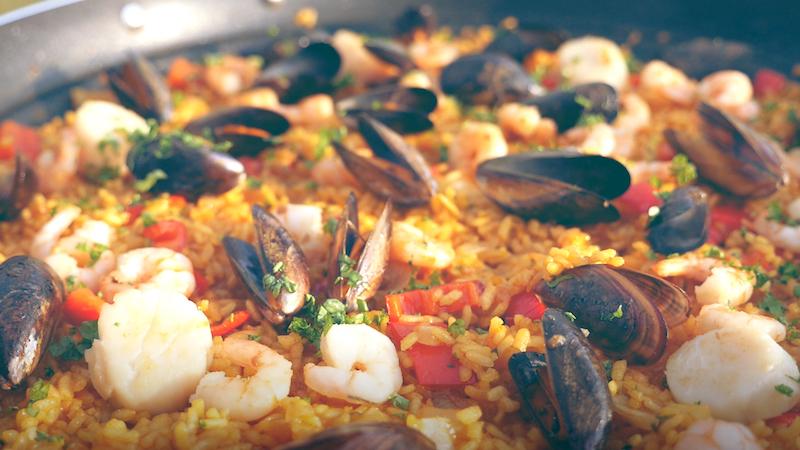 Rezepte: Paella mit Meeresfrüchten vom Campinggrill