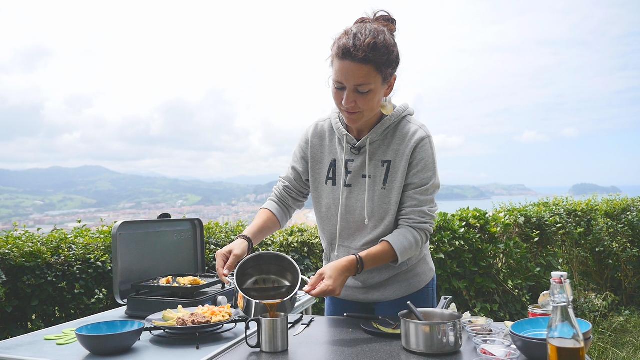 Mexikanisches Frühstück mit Eiern, Bohnen und Zimtkaffee