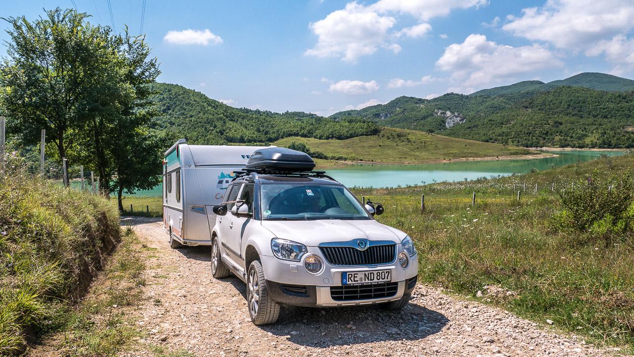 Camping mit dem Wohnwagen an einem See