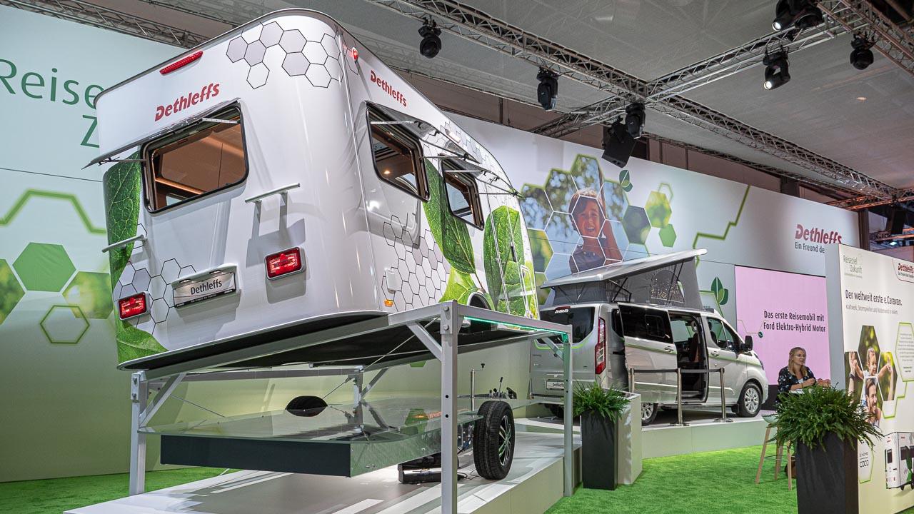 Blick auf den Messestand von Dethleffs beim Caravan Salon Düsseldorf 2019 mit einem e.home Coco getrennt von seinem Chassis.